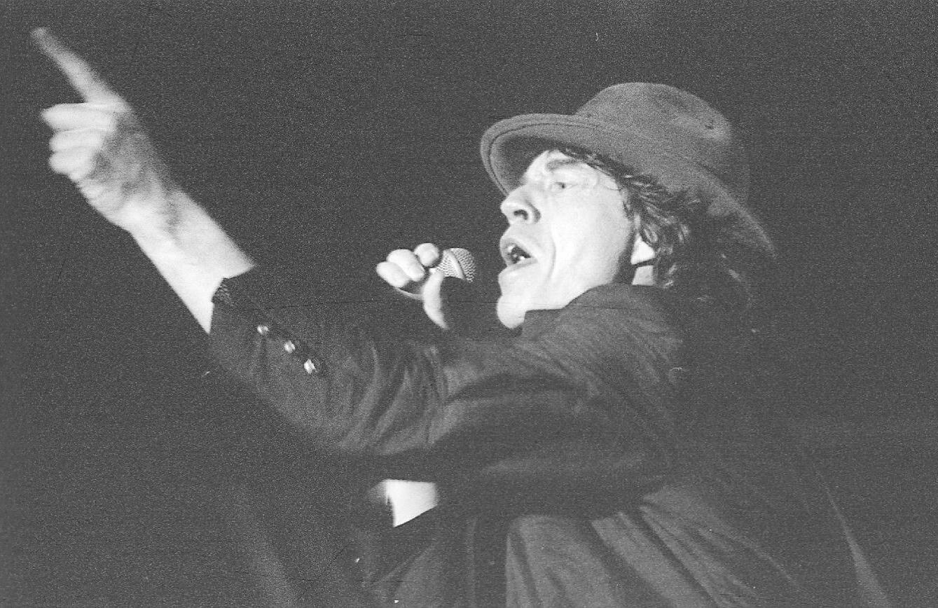 27.jan.1995 - Mick Jagger canta durante o primeiro show dos Rolling Stones no Brasil, durante o Hollywood Rock de 1995, em São Paulo