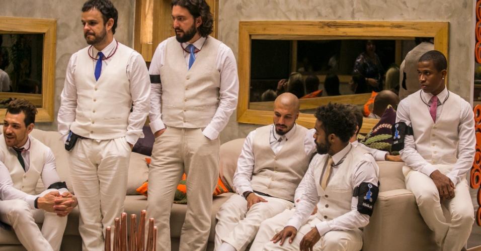 """Brothers arrumados para festa de debutante """"BBB15"""", aguardando entrada"""