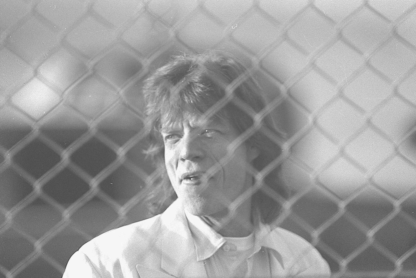 Chegada de Mick Jagger no aeroporto de Cumbica. Ele desceu do carro para acenar para os jornalistas e para os poucos fãs que estavam no local