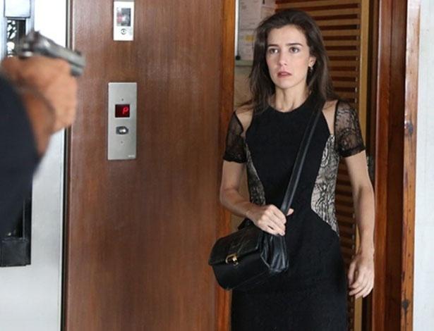 Cora é surpreendida por homem armado no prédio de Maria Isis