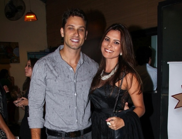26.jan.2015 - O casal de ex-BBBs Eliéser Ambrósio e Kamilla Salgado curtem juntos a estreia para convidados do espetáculo