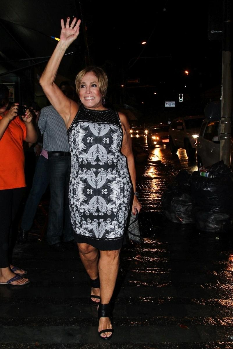 26.jan.2015 - Susana Vieira chega animada à estreia para convidados do espetáculo