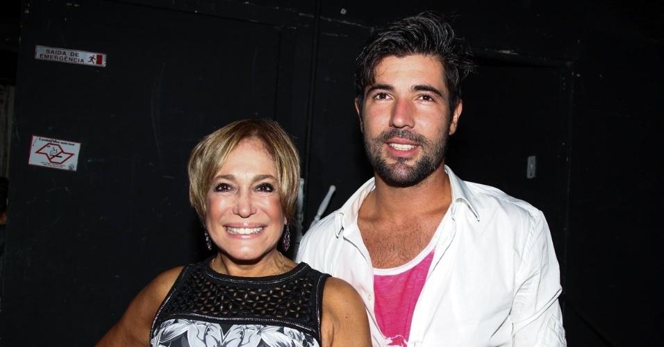 26.jan.2015 - Susana Vieira e Sandro Pedroso anunciam que reataram o namoro nesta segunda-feira, na mesma noite em que o ator estreou o espetáculo