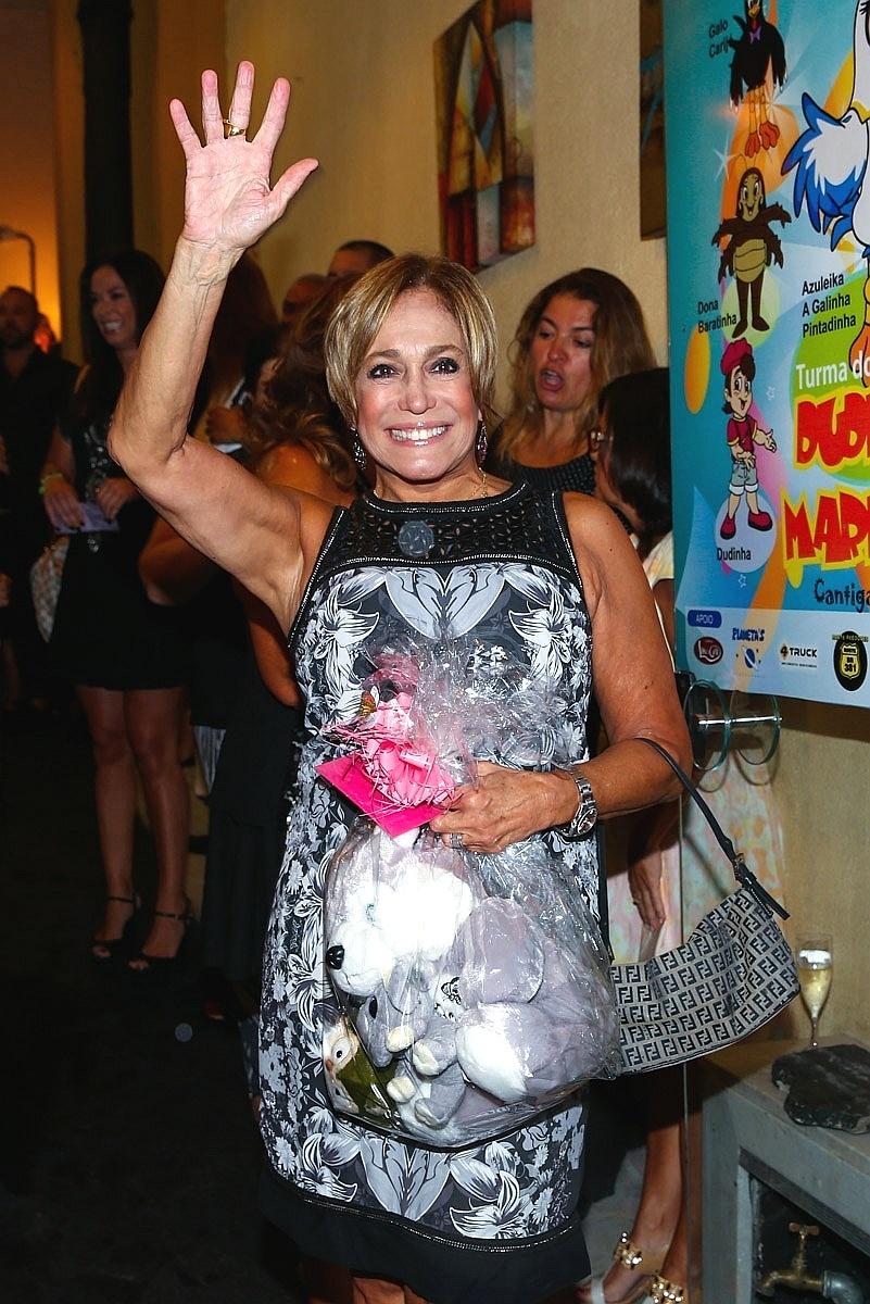 26.jan.2015 - Susana Vieira ganha ursinho de presente de seus fãs que a aguardavam na porta do Teatro Bibi Ferreira, no centro de São Paulo, na noite desta segunda-feira