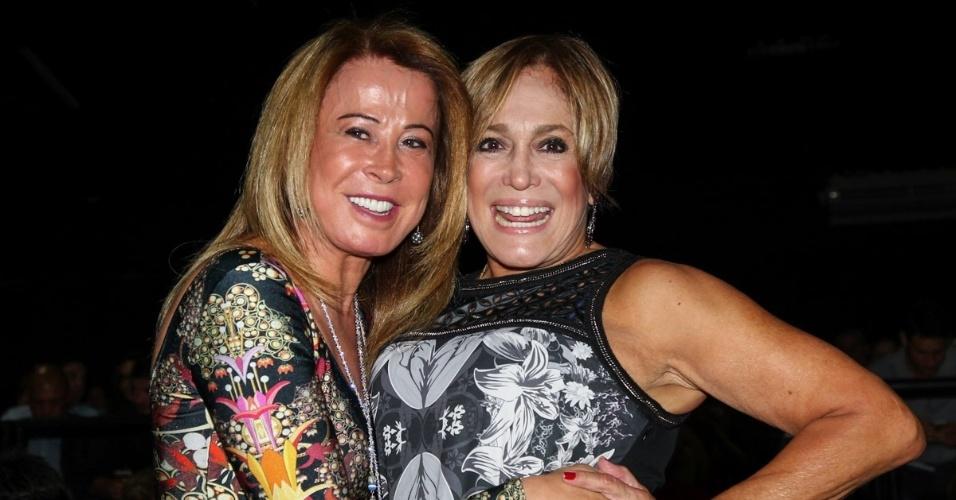 26.jan.2015 - Zilu Godói e Susana Vieira confraternizam na estreia para convidados do espetáculo