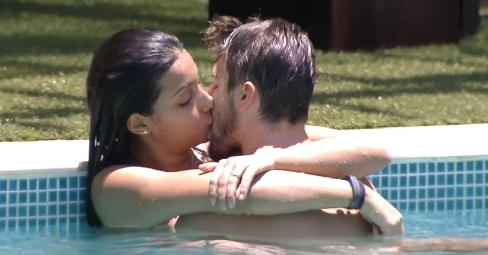 27.jan.2015 - Clima esquenta entre Rafael e Talita na piscina do