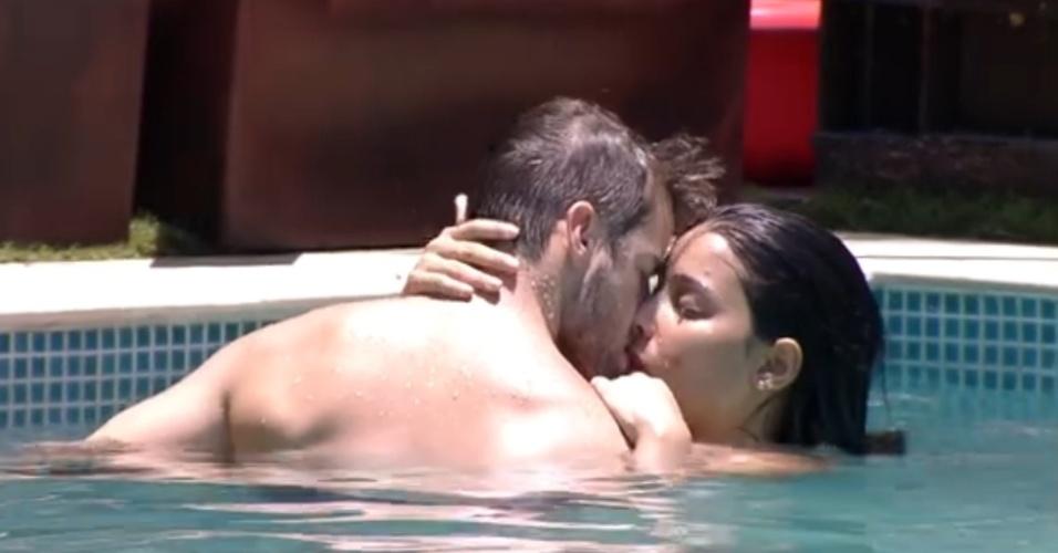 """27.jan.2015 - Clima esquenta entre Rafael e Talita na piscina do """"BBB15"""". O casal deu longos beijos, equanto os brothers aproveitavam o dia de sol para se refrescar na área externa da casa"""