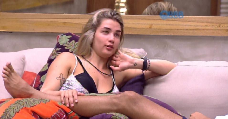 27.jan.2015 - Aline e Fernando acordam com fome, ficam um pouco na sala e voltam a dormir
