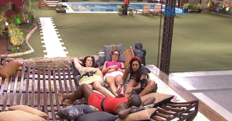 27.jan.2015 - Angélica avisa Tamires, Francieli e Amanda que sempre tem alguém tentando buscar informações do jogo
