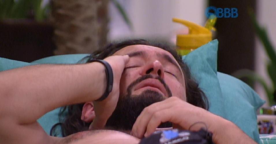27.jan.2015 - Após a eliminação de Francieli, Marco chora em silêncio na sala