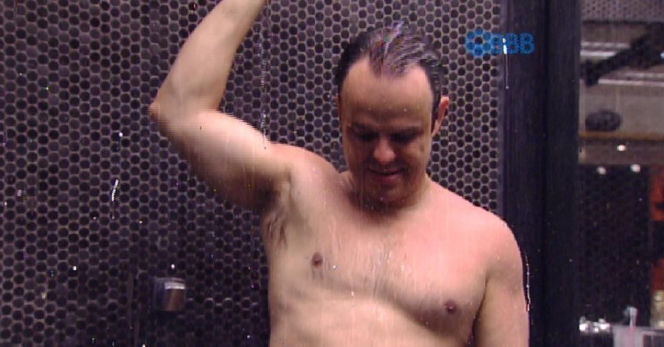 27.jan.2015 - Enquanto Adrilles toma banho, água é cortada no confinamento