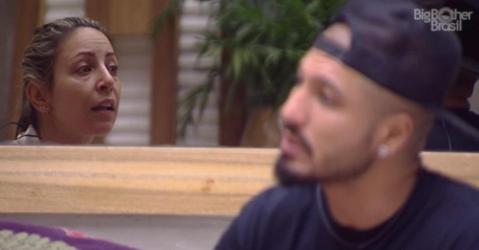 27.jan.2015 - Fernando senta no sofá da sala com Francieli para explicar os motivos por ter votado nelar no último paredão.