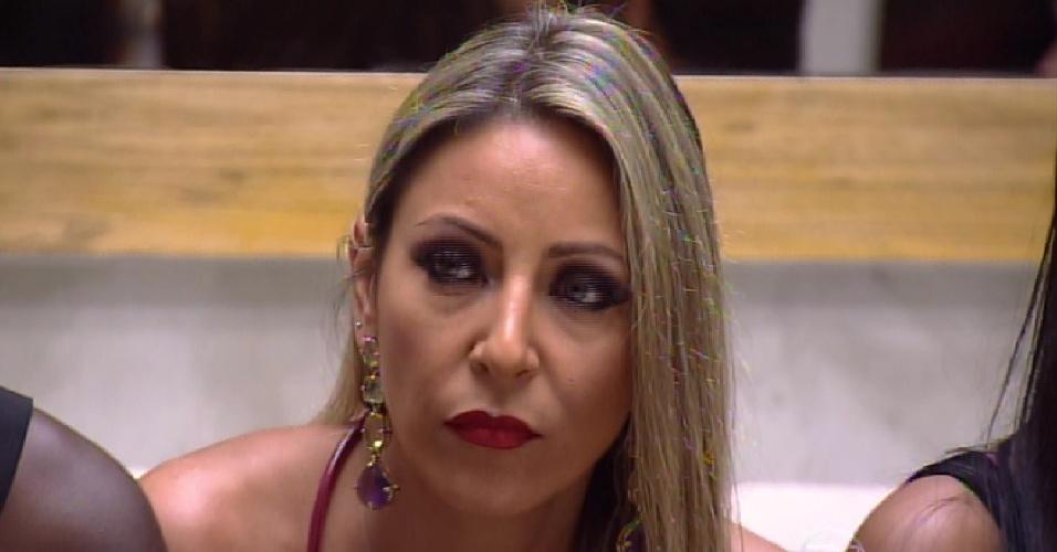 """27.jan.2015 - Francieli aguarda anúncio de primeira eliminação do """"BBB15"""""""