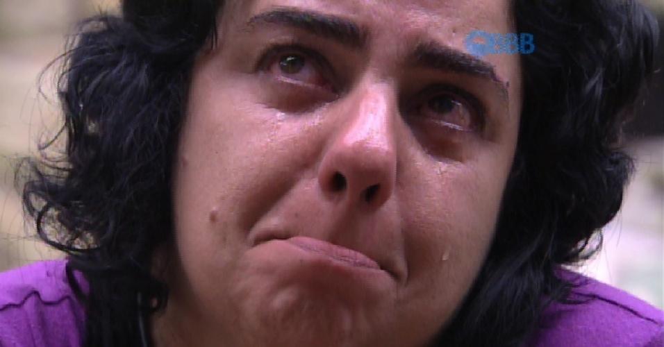 27.jan.2015 - Mariza chora ao ver imagens da casa em uma televisão no quarto do líder