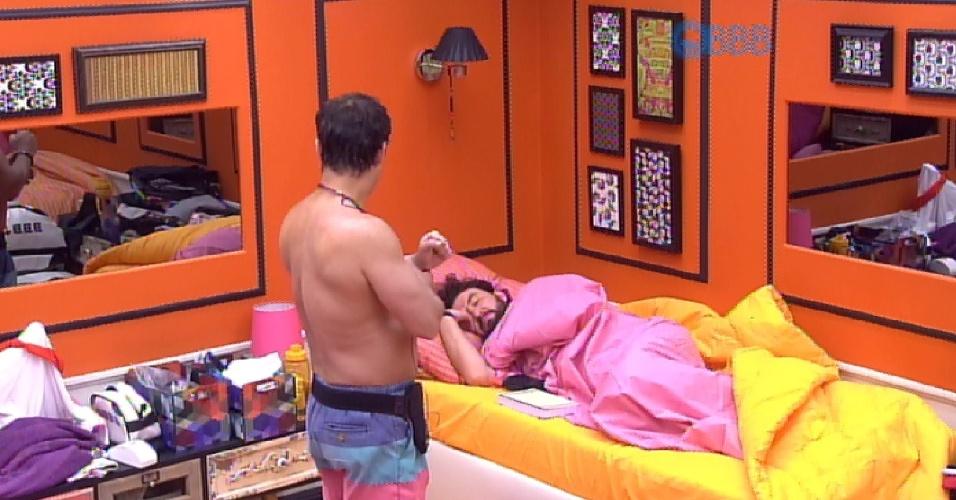 27.jan.2015 - Mariza é o tema da conversa de Adrilles e Marco no quarto laranja na tarde desta quarta