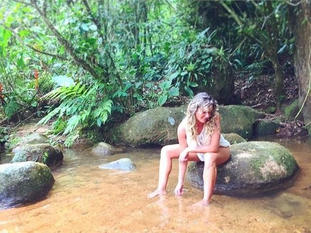 27.jan.2015 - Nem praia nem piscina. A modelo Luize Altenhofen escolheu uma cachoeira para se refrescar em Ubatuba, no litoral norte de São Paulo