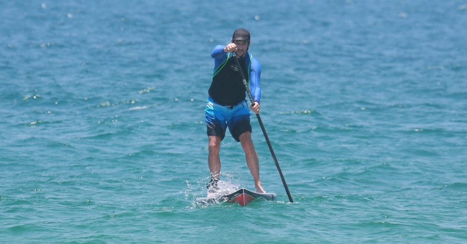 27.jan.2015 - O ator Marcelo Serrado aproveitou a terça-feira de sol para praticar stand up paddle na praia da Barra da Tijuca, no Rio