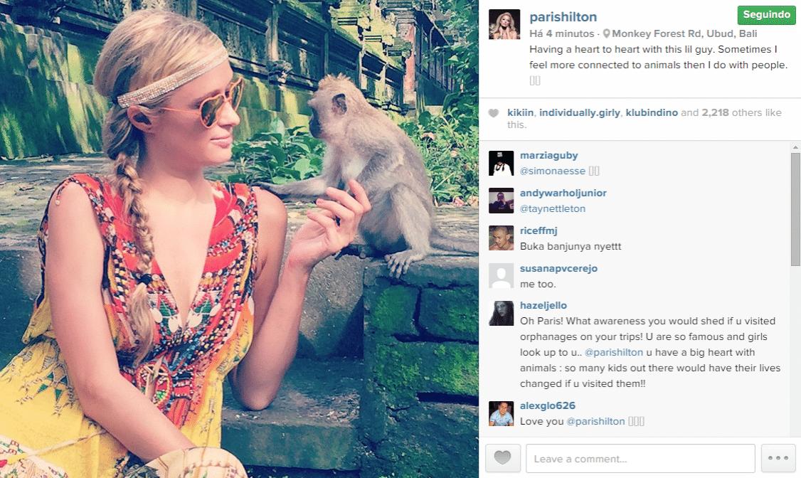 27.jan.2015 - Paris Hilton faz amizade com um macaco em viagem à Bali, uma ilha na Indonésia, e posta foto no Instagram na manhã desta terça-feira