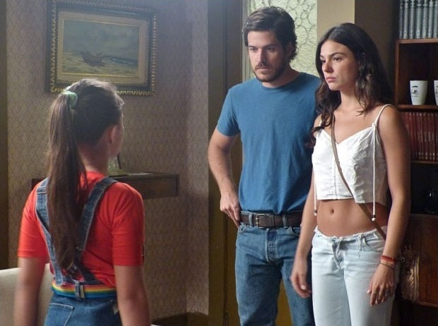 27.jan.2015 - Sandra (Isis Valverde) conta aos irmãos que Vitória (Bianca Bin) pode ser filha de Paulo (Caco Ciocler)