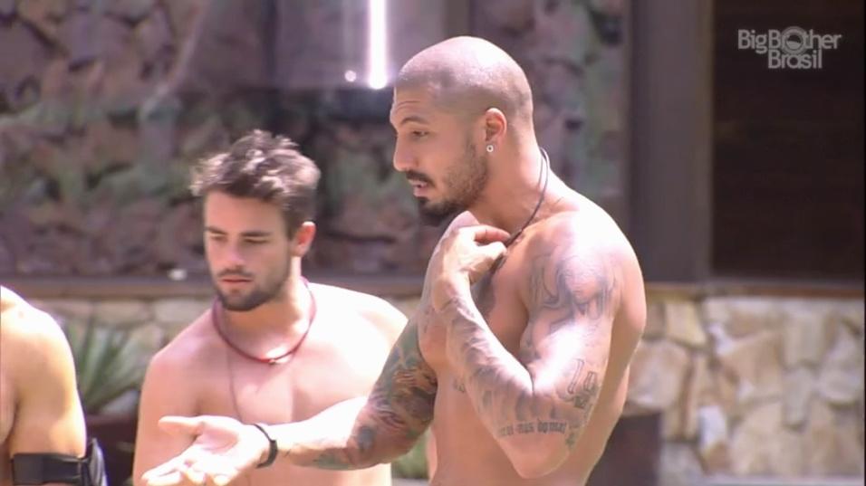 27.jan.2015 - Sentada em uma cadeira na beira da piscina, Francieli volta a discutir com Fernando, que se explic