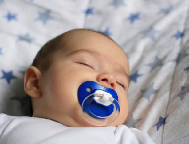 Um dos riscos potenciais da chupeta é fazer o bebê desistir de mamar no peito - Getty Images