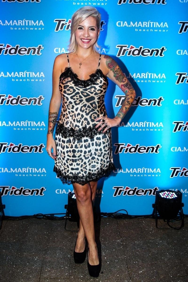 27.jan.2015 - A ex-BBB Clara Aguillar vai a um desfile de moda praia que aconteceu na noite desta terça-feira, em um shopping em São Paulo