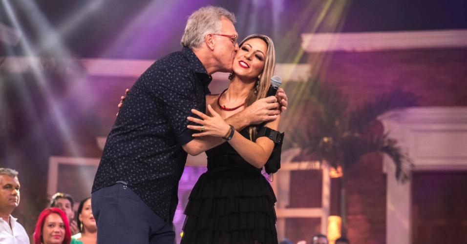 """27.jan.2015 - Bial e Francieli se abraçam após a eliminação do """"BBB15"""""""