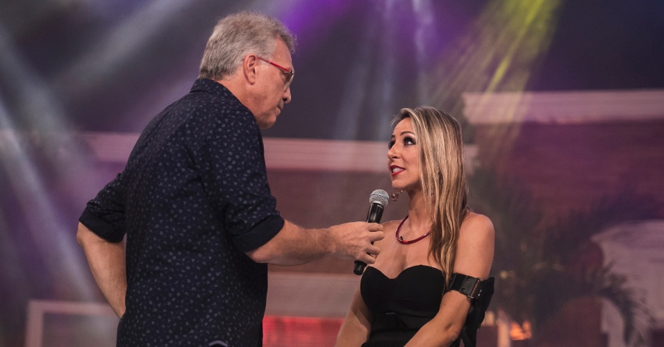 "27.jan.2015 - Bial recebe Francieli fora da casa do ""BBB"""