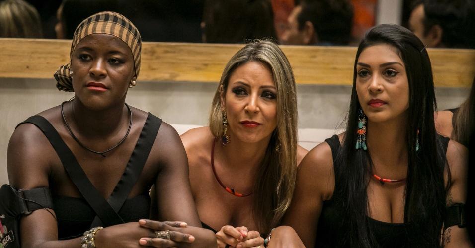 27.jan.2015 - Francieli, Angelica e Amanda aguardam resultado da votação