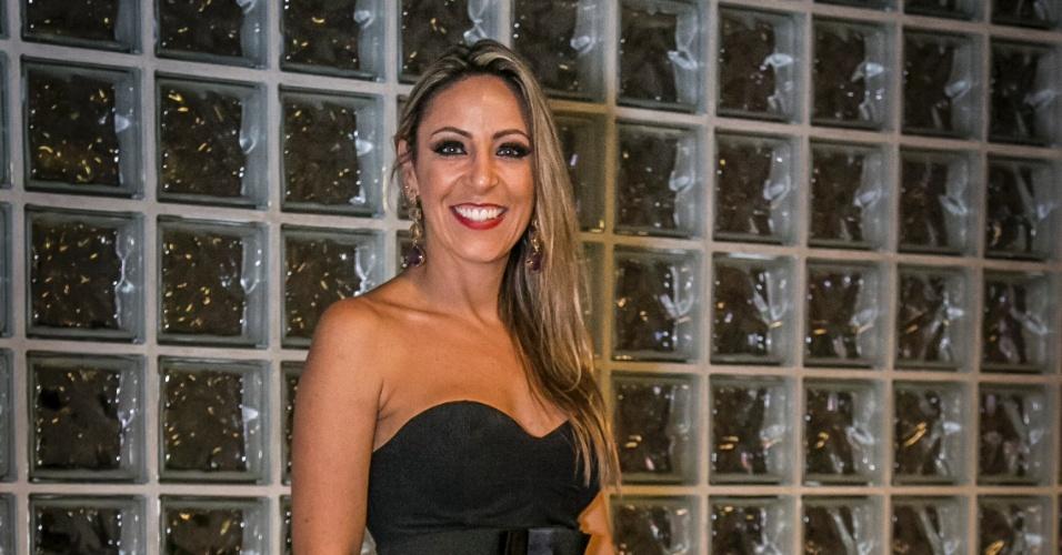 27.jan.2015 - Francieli posa para foto após ser eliminada com 58% dos votos