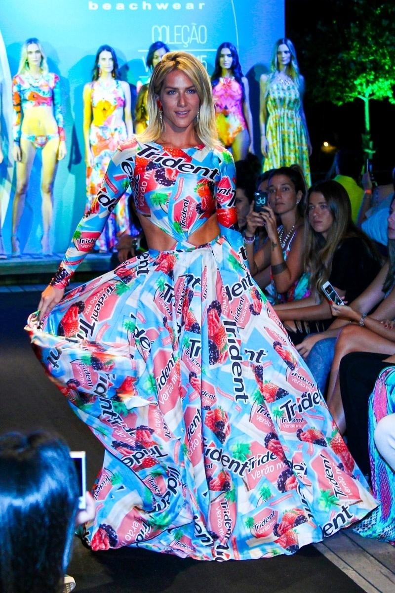 27.jan.2015 - Giovanna Ewbank balança seu vestido no desfile de moda praia que aconteceu na noite desta terça-feira, em um shopping em São Paulo