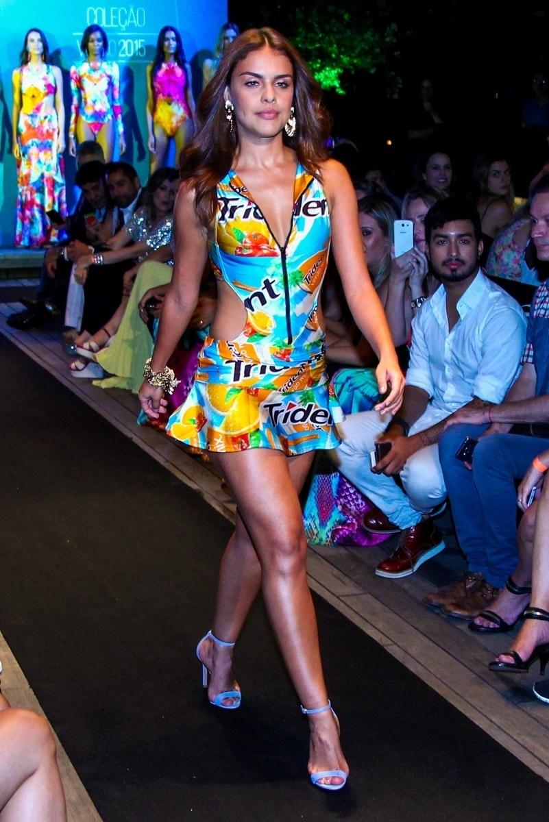 27.jan.2015 - Paloma Bernardi desfila em um evento de moda praia que aconteceu na noite desta terça-feira, em um shopping em São Paulo