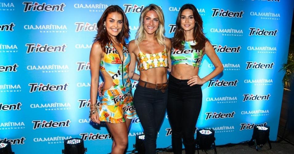 27.jan.2015 - Paloma Bernardi, Giovanna Ewbank e Thaila Ayala se reúnem no desfile de moda praia que aconteceu na noite desta terça-feira, em um shopping em São Paulo