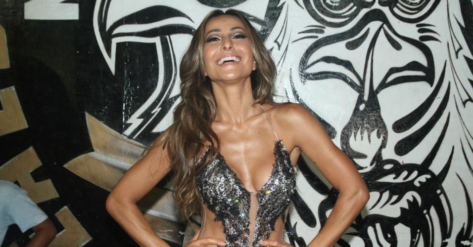 27.jan.2015 - Sabrina Sato exibe músculos torneados no ensaio da Gaviões da Fiel na noite desta terça-feira, no Bom Retiro, centro de São Paulo