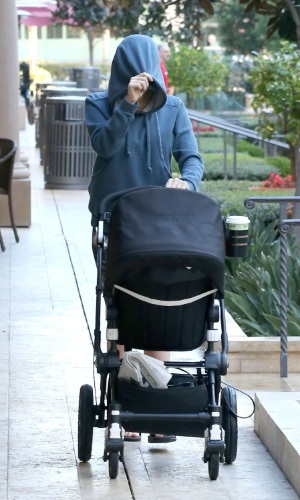27.jan.2015 - Scarlett Johansson esconde o rosto com capuz ao fazer passeio com a filha, Rose, em Los Angeles