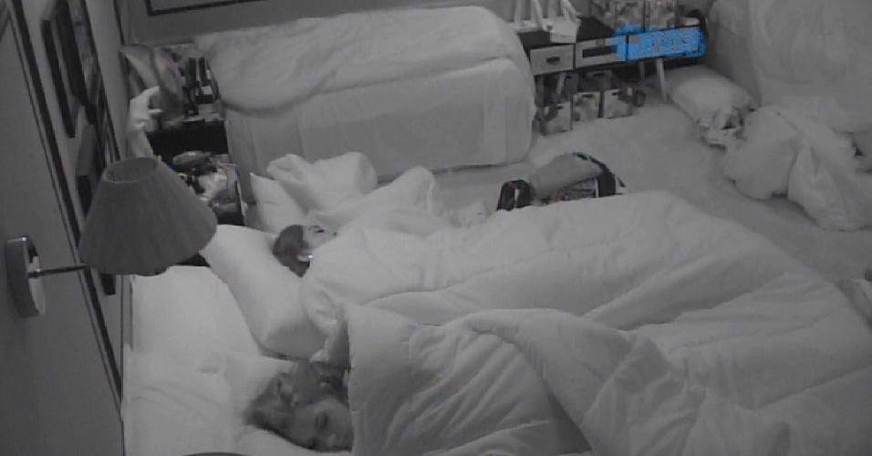 28.jan.2015 - Amanda, Tamires e outros brothers aproveitam para dormir na manhã desta quarta-feira