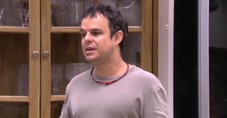 """28.jan.2015 - Após cantar """"Eu Sei Que Vou Te Amar"""", Adrilles diz que se não fosse poeta Vinícius de Moraes seria considerado """"um cafajeste de quinta categoria"""""""
