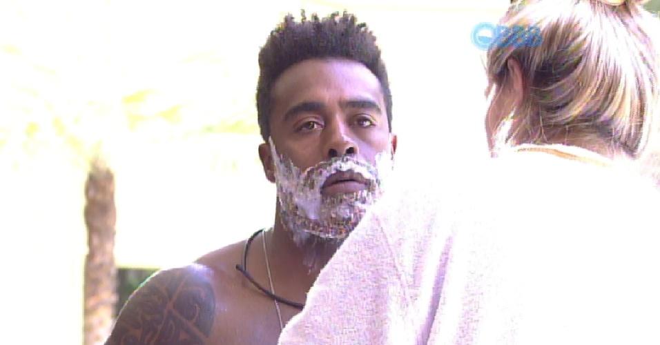 28.jan.2015 - Após vencer seu primeiro paredão, Douglas cumpre a promessa de mudar o visual e descolore a barba nesta quarta-feira. Aline ajuda o brother na transformação