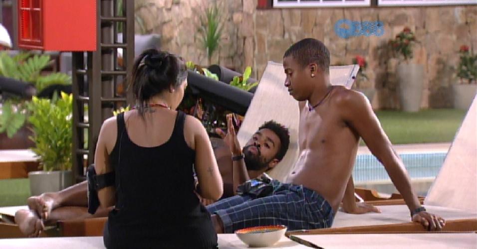 """28.jan.2015 - Assunto Fernando, Aline e Amanda volta à tona em uma conversa com Luan, Amanda e Douglas. O motoboy explica as diferença: """"A Aline é menina, você (Amanda) é mulher""""."""