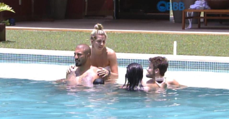 28.jan.2015 - Casais aproveitam o dia na piscina