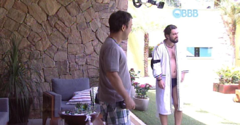 28.jan.2015 - Depois de participarem uma espécie de roda de poesia, Adrilles e Marco vão para a área externa da casa.