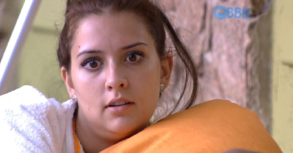 28.jan.2015 - Em conversa com Amanda na área externa da casa, Tamires critica Adrilles