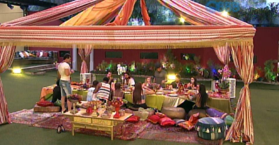 28.jan.2015 - Em meio a uma mesa longa com um grande banquete, almofadas e decoração colorida e música típica, os brothers comemoram e brindam na Festa Árabe