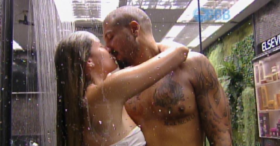 28.jan.2015 - Fernando e Aline trocam beijos no chuveiro