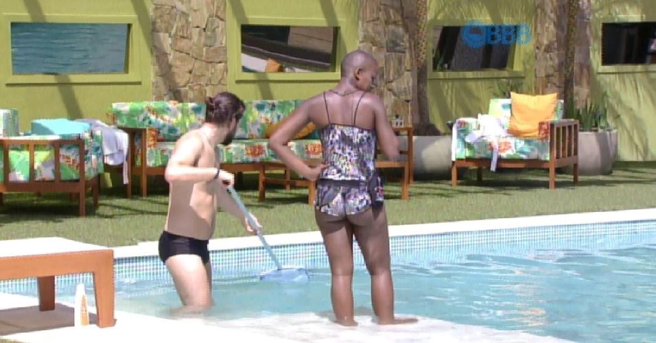 28.jan.2015 - Marco e Angélica aproveitaram para limpar a piscina na manhã desta quarta-feira