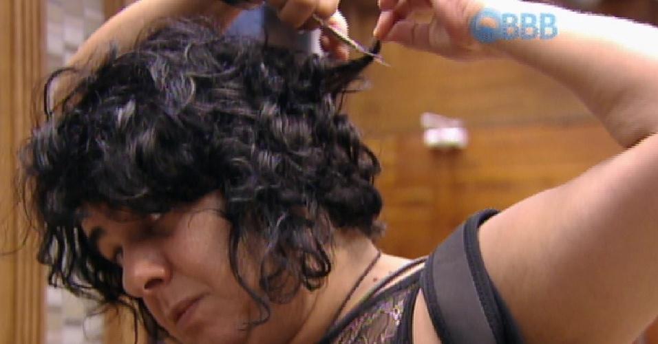 28.jan.2015 - Mariza corta seu cabelo