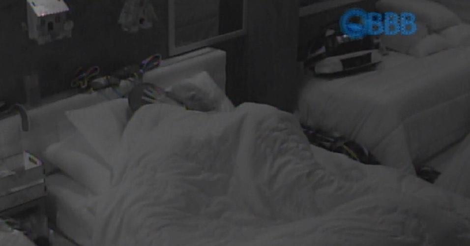 """28.jan.2015 - Os dois casais da casa, Fernando e Aline e Rafael e Douglas, reclamaram da temperatura do ar no quarto azul. Fernando avisou a produção: """"Hoje vai pegar fogo.  Se não aumentar o ar, não vai rolar nada"""""""