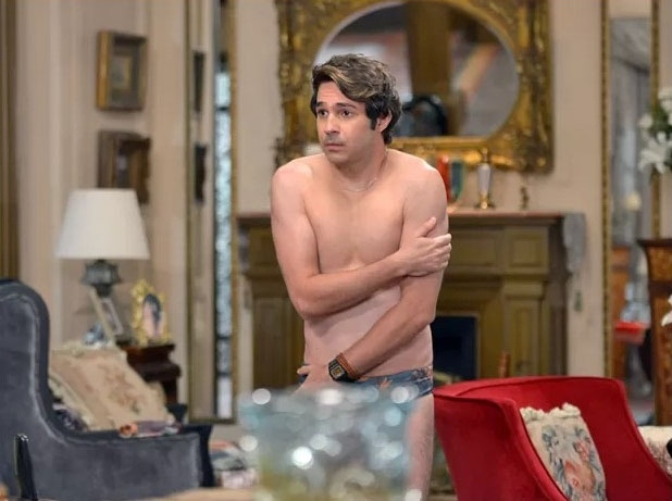 28.jan.2015 - Pepito (Conrado Caputo) é flagrado quase nu por Samantha (Claudia Raia)