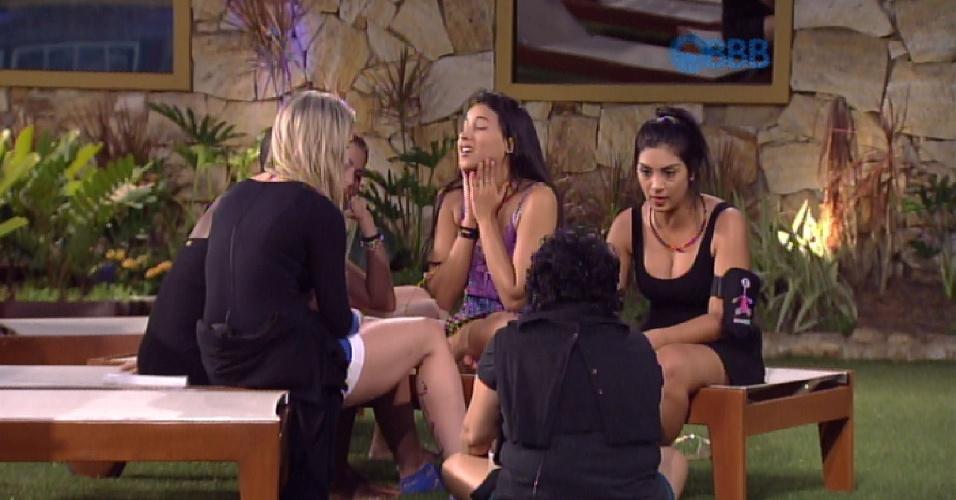28.jan.2015 - Sister se reúnem no lado externo da casa e Aline conversa normalmente com Amanda