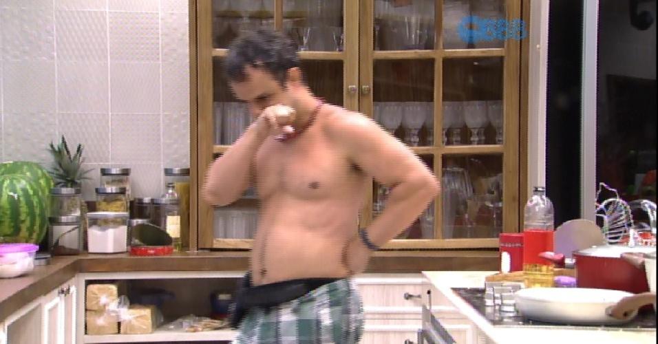 28.jan.2015 - Sozinho na cozinha, Adrilles começa a andar em volta da bancada da cozinha continuamente, como se estivesse pensando.